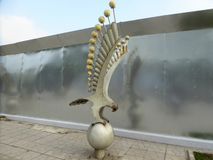 Una luz del águila de mar contra una barrera reflexiva del metal Foto de archivo