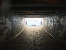 Una luz en el extremo de un túnel foto de archivo