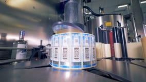 Una máquina con las etiquetas engomadas del código de barras en una planta almacen de metraje de vídeo