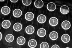 Una máquina de escribir antigua que muestra a llaves QWERTY tradicionales XII Imagenes de archivo