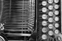 Una máquina de escribir antigua que muestra a llaves QWERTY tradicionales XIII Imagen de archivo libre de regalías