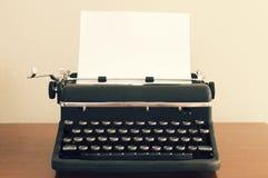 Una máquina de escribir del vintage en el escritorio imagen de archivo