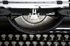 Una máquina de escribir vieja con el texto qué ` s su Stor foto de archivo libre de regalías