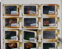 Una máquina expendedora que vende los huevos Foto de archivo
