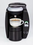 Una máquina moderna negra del café del café express está haciendo un café Foto de archivo