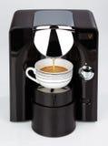 Una máquina moderna negra del café del café express está haciendo un café Fotografía de archivo libre de regalías