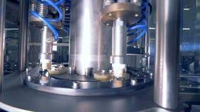 Una máquina pone los casquillos en las botellas metrajes