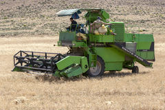 Una máquina segadora en el trabajo que golpea un campo del grano en el camino de Azrou a Timahdite en Marruecos imagenes de archivo