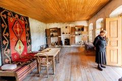 Una más vieja mujer dentro del casa-museo del pintor georgiano famoso Niko Pirosmani en el pueblo en donde él vivió los años pasa Fotografía de archivo libre de regalías