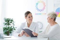Una más vieja mujer durante la consulta el dietético foto de archivo