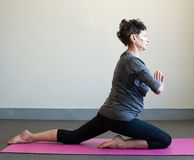 Una más vieja mujer en la posición de la yoga Foto de archivo libre de regalías
