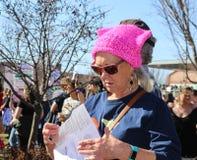 Una más vieja mujer en sombrero rosado del gatito en marzo para mujer en Tulsa Oklahoma los E.E.U.U. 1-20-2018 imagenes de archivo