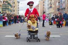 Una más vieja mujer participa en el desfile de carnaval de compañías, Badajo imágenes de archivo libres de regalías