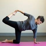 Una más vieja mujer que hace yoga Fotografía de archivo