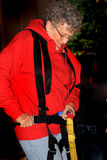 Una más vieja señora Getting Ready For Zipline foto de archivo