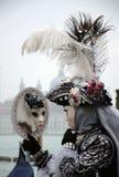 Una máscara inútil en el carnaval de Venecia imagenes de archivo