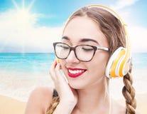 Una música que escucha de la muchacha del adolescente de la música con headhpone Imagenes de archivo