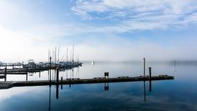 Una mañana brumosa fría del puerto Fotografía de archivo