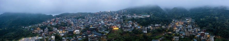 Una mañana de niebla sobre Jiufen, Taiwán Foto aérea del abejón fotografía de archivo libre de regalías