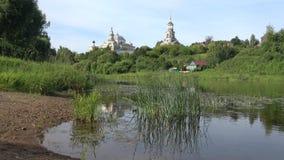 Una mañana en el río Tvertsa en el monasterio de Borisoglebsk Torzhok, Rusia almacen de video