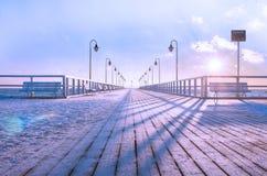 Una mañana escarchada fría, un embarcadero de madera Colores del invierno Foto de archivo libre de regalías