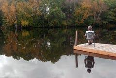 Una mañana reservada del otoño en la orilla del lago Fotografía de archivo libre de regalías