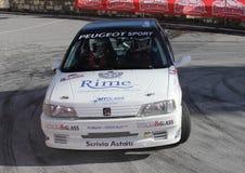 Una macchina da corsa di Peugeot 106 in questione nella corsa Fotografie Stock