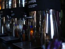 Una macchina del caffè con un'etichetta immagine stock