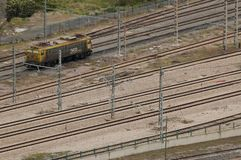 Una macchina del treno sulle linee ferroviarie fotografie stock