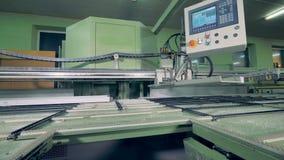 Una macchina di CNC con un'esposizione per il controllo del complessivo telaio di struttura della finestra stock footage