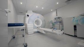 Una macchina di tomografia in clinica moderna Analizzatore di CT Attrezzatura di radiologia archivi video
