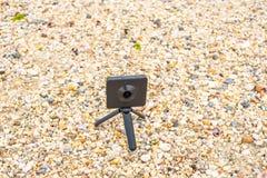 una macchina fotografica da 360 gradi sulla pietra della riva di mare immagini stock
