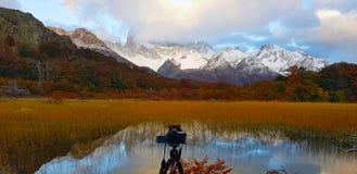 Una macchina fotografica davanti a Laguna Capri e supporto Fitz Roy coperto dalle nuvole, Argentina fotografie stock