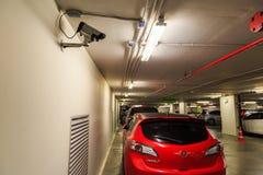Una macchina fotografica del CCTV è installata sulla parete nel parcheggio dell'interno fuori Fotografia Stock
