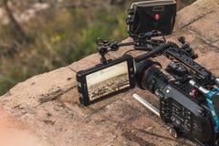 Una macchina fotografica professionale sta registrando la vista di una città Il mirino è aperto immagini stock libere da diritti