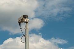 Una macchina fotografica tipica della trappola o di velocit? di radar su cielo blu fotografia stock