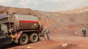 Una macchina speciale per l'estrazione mineraria nella cava, estrazione mineraria del minerale di ferro stock footage