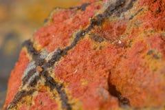 Una macro foto di una formazione insolita di argilla, mostrante struttura del materiale Colori caldi con le inclusioni nere immagini stock