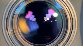 Una macro vista su un fuoco cambiante dell'obiettivo stock footage