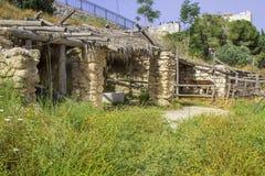 Una madera construyó la sombra y el establo del sol en Nazareth Village Israel fotos de archivo
