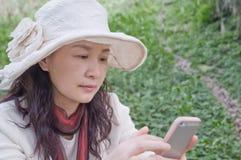 Una madre ansiosa que cuenta con el mensaje Imagen de archivo