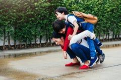 Una madre asiática que lleva al niño de dos niños al aire libre foto de archivo libre de regalías