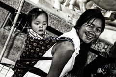 Una madre con un bambino su lei indietro , cangyuan, Cina fotografia stock