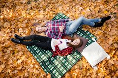 Una madre e una figlia che si tengono per mano nel parco Fotografie Stock