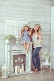 Una madre e sua figlia stanno ridendo Fotografie Stock