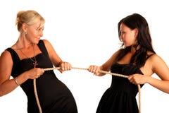 Una madre e una figlia delle due donne tirano la corda Immagini Stock Libere da Diritti