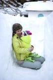 Una madre ed il suo bambino che camminano in inverno fotografie stock libere da diritti