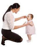 Una madre enseña a su hija a hablar Imagenes de archivo