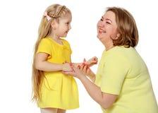 Una madre felice abbraccia sua figlia cara Immagini Stock Libere da Diritti