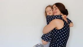 Una madre felice tiene una figlia lei armi ed abbraccia Una giovane donna ed il suo bambino sognano con i loro occhi chiusi sogni video d archivio
